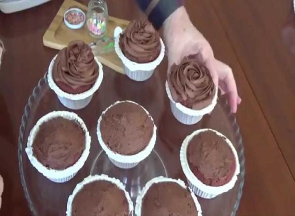 beyaz-cikolata-dolgulu-cupcake-tarifi