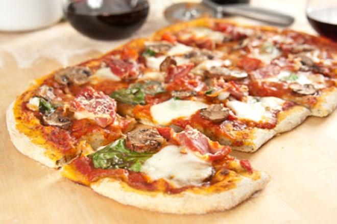 Hazır Ekmek Hamurundan Pratik Pizza Yapılışı